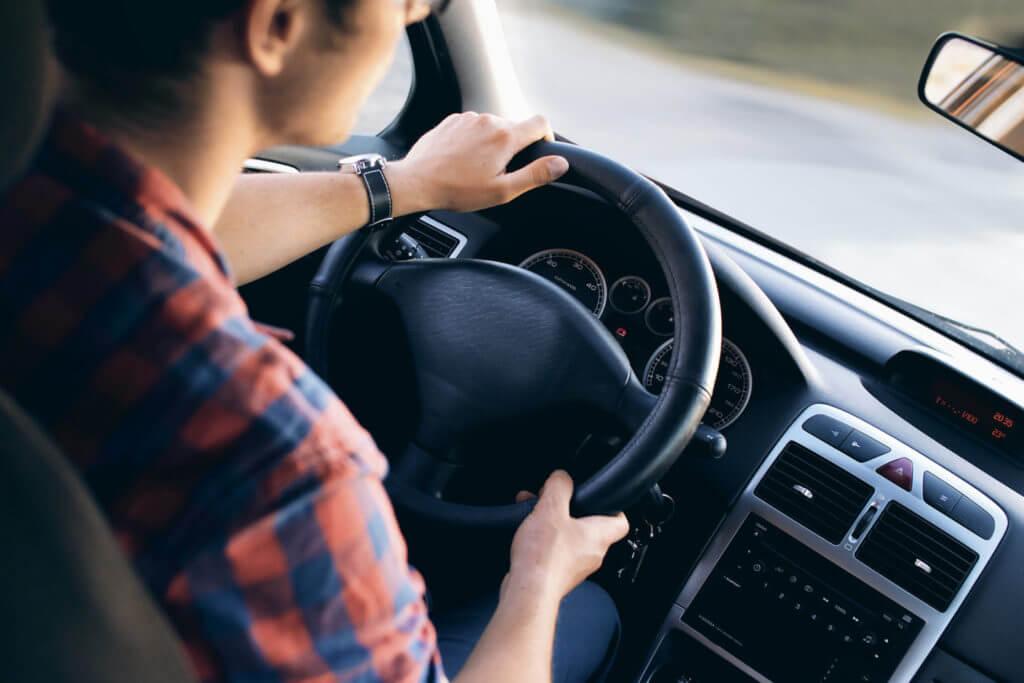в машине за рулем
